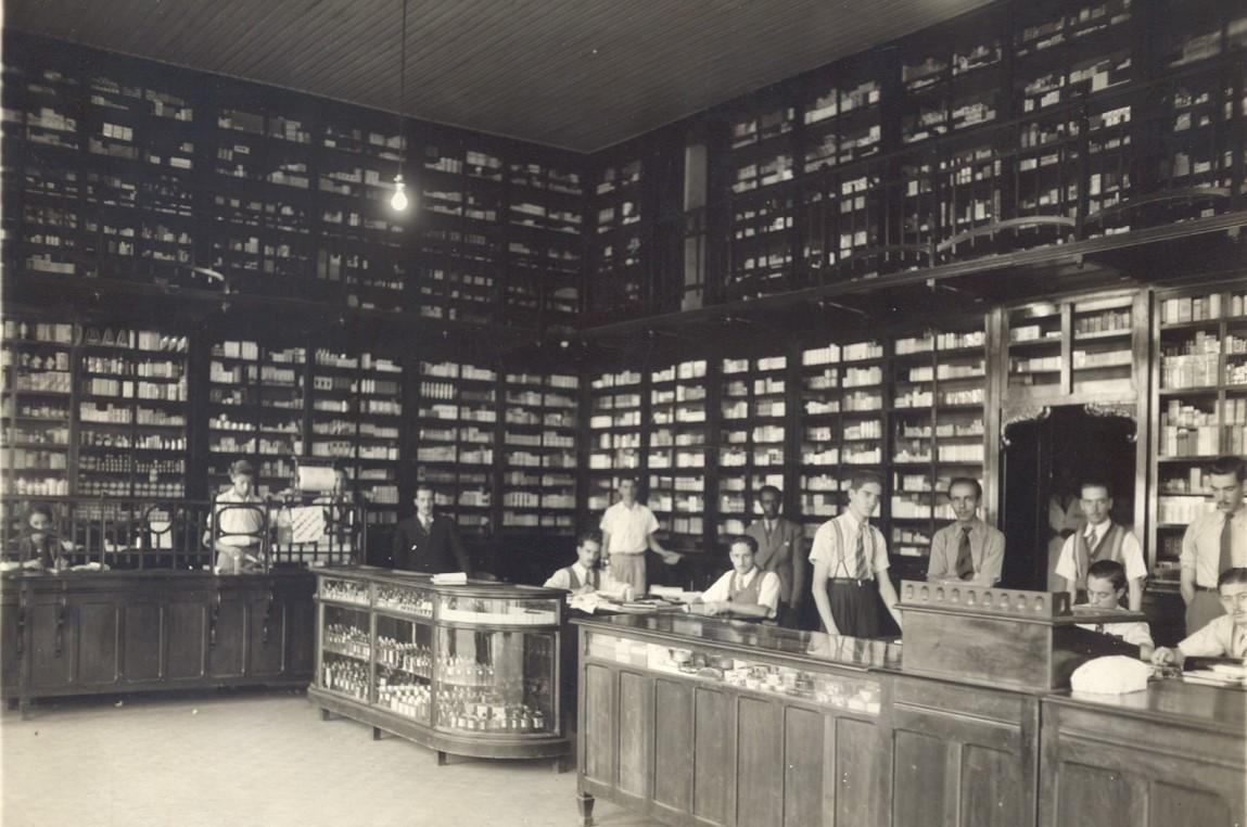 Interior de farmácia na década de 1940.
